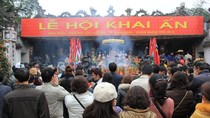 Người dân khắp cả nước đến dâng hương trước giờ khai ấn đến Trần