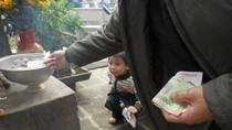 Chướng mắt: Người đi chùa 'ném tiền' vào 'hối lộ' cửa Phật?