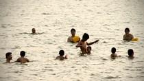 Nắng nóng 41 độ C: Người Hà Nội rủ nhau ra Hồ Tây để bơi 'giải nhiệt'