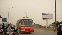 Góc ảnh độc giả: Xe ôm rào đường xe buýt ở cao tốc Bắc Thăng Long