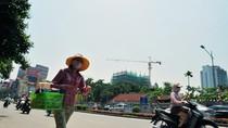 Người Hà Nội gồng mình chống chọi với nắng nóng 39 độ C