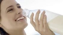 Uống sữa buổi tối giúp bạn ngủ ngon hơn