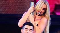 """Sốc vì Britney Spears """"đè đầu cưỡi cổ"""" chàng trai trẻ"""