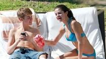 """Justin Bieber """"dán mắt"""" vào vòng 1 Selena Gomez"""