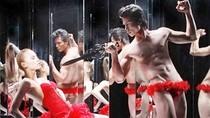 """Scandal 2011: Khi Nam vương """"cạnh tranh"""" việc... cởi đồ"""
