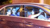 Hoàng Thùy Linh lái Mercedes đón Minh Hằng