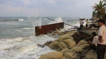 Clip sóng biển cuồng nộ 'tấn công' bờ biển Cửa Đại, Hội An