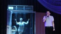 Dương Triệu Vũ 'bê' cả phòng tắm lên sân khấu