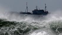 Ảnh: Bão Bolaven tấn công Hàn Quốc, đánh chìm 2 tàu cá Trung Quốc