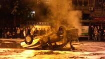 Hàng ngàn người dân bức xúc lật ngửa 7 xe cảnh sát