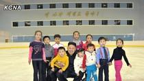 """Trẻ em Triều Tiên được phát """"kẹo sinh nhật Kim Jong-un"""""""