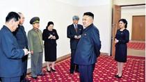 """Vợ Kim Jong-un bắt đầu đeo """"Huy hiệu Yêu nước"""""""