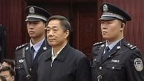 Bạc Hy Lai bị 2 cảnh sát vạm vỡ ấn vai xuống khi phản ứng trước tòa