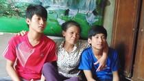 Bố ở cống nuôi 4 con học ĐH: Cảm thương gia cảnh chàng thủ khoa