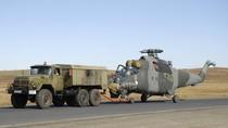 """Xem trực thăng tấn công Mi-25 được """"kéo lê"""" trên đường cao tốc"""