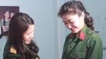 Sau khi tốt nghiệp đại học, hai nữ sinh xứ Thanh vẫn lên đường nhập ngũ