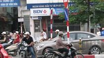 'Chộp' lại những pha vi phạm giao thông 1-0-2 ở cầu cạn Hà Nội