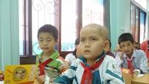 Bệnh tật không ngăn nổi bước chân các em thơ tới lớp