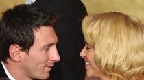 Messi nâng Bóng Vàng, Shakira nhận nụ hôn thắm thiết