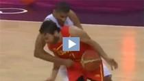 Ức chế, sao bóng rổ đánh vào chỗ hiểm của đối phương