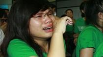 Fan khóc nức nở, chống nạng đi đón Westlife