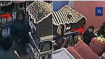 """Video: Hai nữ quái """"chôm"""" sạch tiền cửa hàng bán đồ cho thú cưng"""