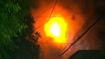 Video: Cột điện bốc cháy, hàng trăm người bỏ chạy