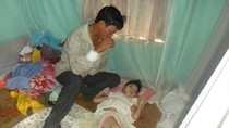 Đắng lòng cảnh người cha chăm hai con bại liệt, vợ u xơ tuyến vú