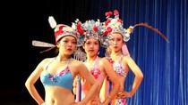 Nữ sinh Trung Quốc diễn kinh kịch bằng bikini