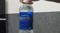 Cảnh giác! Không cầm giúp đồ cho người lạ ở sân bay, dù chỉ chai nước