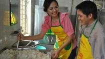 Đẹp: Minh Hằng, Diễm Hương đi chợ nấu cơm cho người nghèo