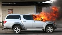 Kỹ năng tồn tại: Cách thoát hiểm từ xe hơi đang bốc cháy