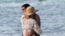 Chân sút Falcao ôm vợ nồng nàn, lãng mạn