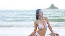 Người đẹp Trung Quốc vui đùa cùng bóng chuyền trên bãi biển
