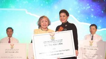 Lãnh sự Đỗ Thị Kim Liên tặng 5 tỷ đồng cho các địa phương còn nhiều khó khăn