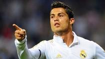 Ronaldo lại tự khoe mẽ; Maradona không dám mua Tevez