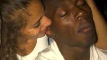 Usain Bolt vui vẻ cùng người đẹp lạ mặt trong hộp đêm