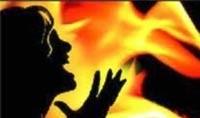 Cha tàn bạo đốt xe cho con gái chết ngạt
