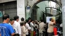 Người dân TP.HCM xếp hàng tại quán cơm 2.000 đồng