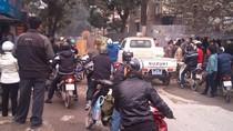 Hỗn chiến giữa Hà Nội, gạch bay vù vù, giao thông ách tắc