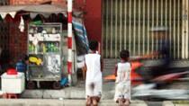 Cư dân mạng phẫn nộ về bà mẹ bắt 2 con quỳ gối trên đại lộ