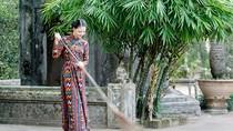 Hoa Hậu Trần Thị Quỳnh thư thái nơi cửa chùa