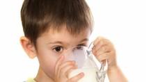 Trẻ bao nhiêu tháng tuổi được uống sữa tươi?