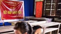 Khi thôn họp dân, cô trò ngồi bệt dưới sân trường mà học