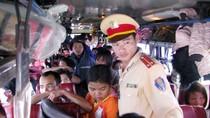 """Hình ảnh kinh hoàng trong những chuyến xe """"hành xác"""" chỉ có ở Việt Nam"""