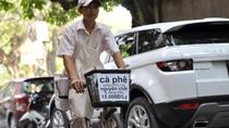 """Cộng đồng mạng """"dậy sóng"""" vì hình ảnh chàng trai bán cafe dạo ở Hà Nội"""