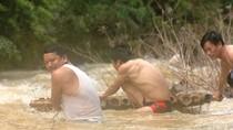 Thầy cô băng rừng, vượt suối vận động học sinh đến trường sau mưa bão