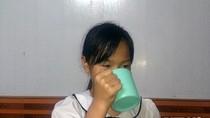7 nguyên nhân dẫn đến việc cô giáo bắt trẻ uống nước vắt từ giẻ lau bảng