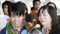Mẹ lực sĩ đoạt HCV SEA Games rơi nước mắt ngày đón con