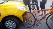 Ô tô Trung Quốc toác đầu vì đâm vào… xe đạp Đức